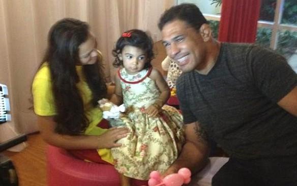 Rodrigo Minotauro posa para foto ao lado da sobrinha (Foto: Reprodução Twitter)